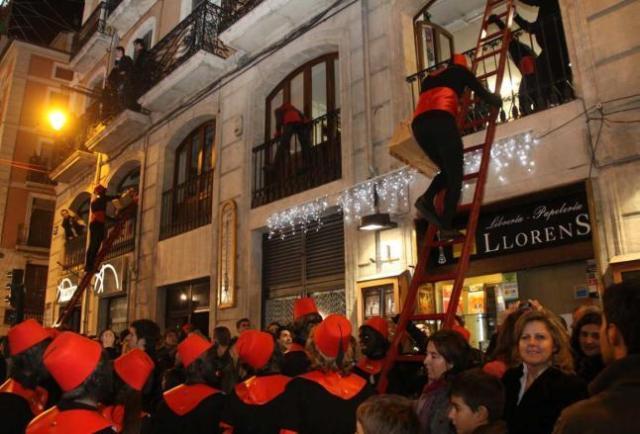 """En muchos pueblos, los ayudantes de los Reyes (los """"negres"""") trepan a las casas a repartir regalos tras la cabalgata"""