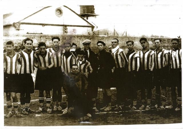 Una de las primeras alineaciones del Hércules Football Club. Vicente Pastor, El Chepa, figura en primera fila.