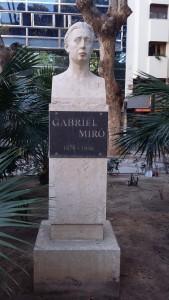 Busto homenaje a Gabriel Miró, situada en la plaza del mismo nombre.